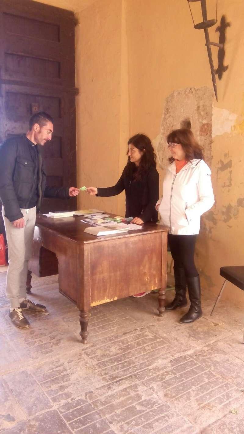 Concejales de Benissanó trabajando en el Castillo. //EPDA
