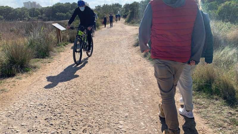 Ciclistas y peatones pasean este domingo