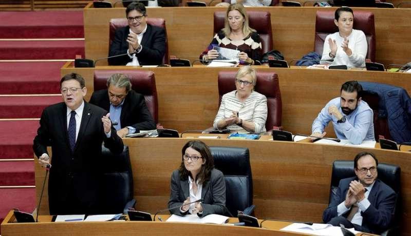 El president de la Generalitat, Ximo Puig, responde una pregunta del grupo popular durante el pleno de Les Corts.  - EFE
