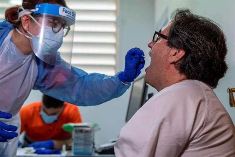 Una persona se somete a un test de detección del COVID-19. EFE/Archivo