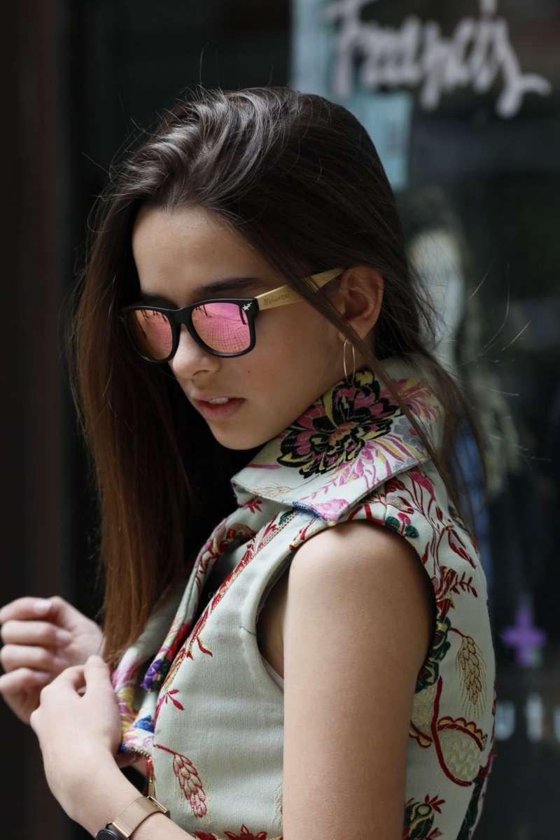 María Querol con las gafas solidarias.