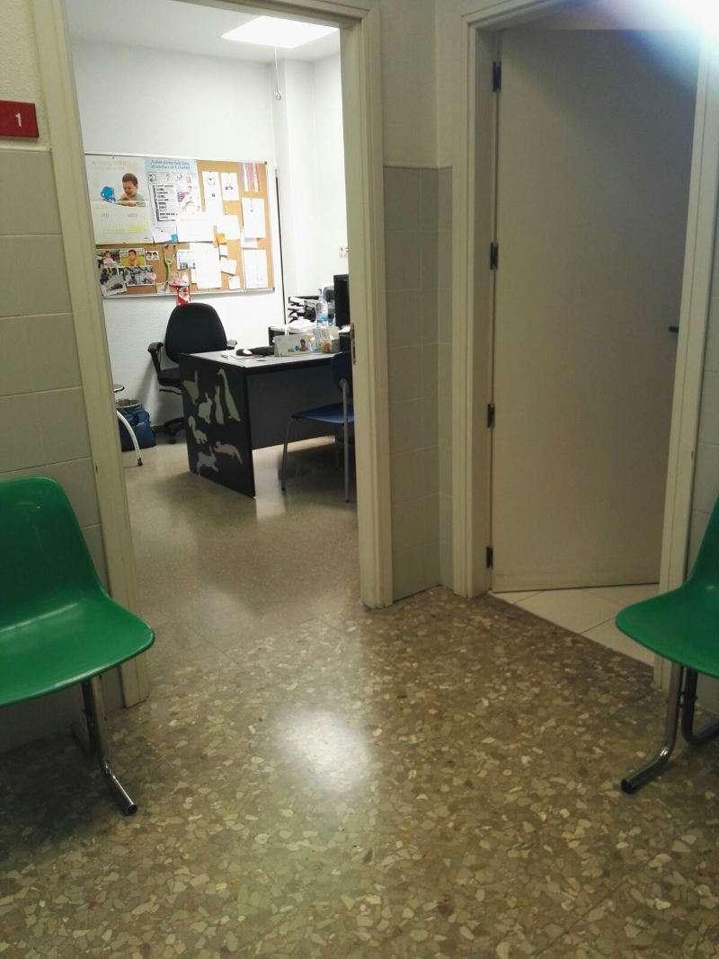 Las consultas en el centro de salud de Silla permanecen con las puertas abiertas debido al calor. EPDA