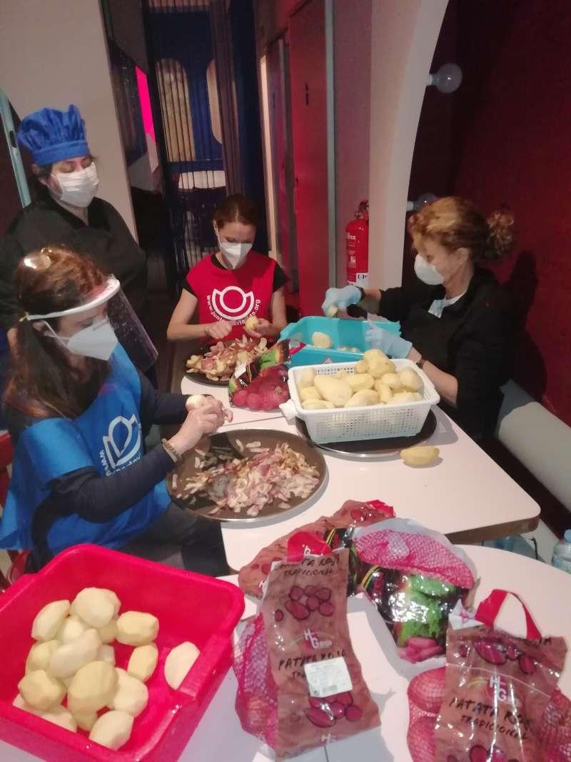 Cocina del restaurante Camerino preparando menús solidarios para la Fundación Juntos por la Vida