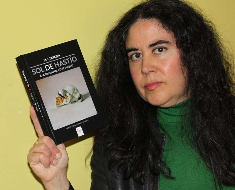La autora con su poemario.