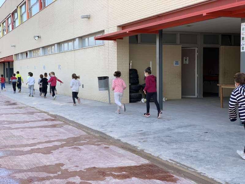 Niños en el patio del colegio