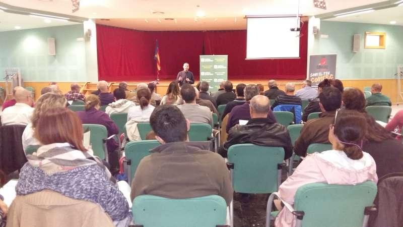 Los miembros de las asociaciones en la charla informativa de La Pobla de Vallbona. //EPDA