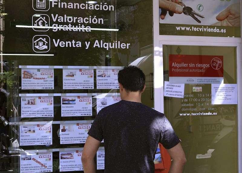 Imagen de archivo de un escaparate de una inmobiliaria con anuncios de pisos en venta. EFE/Diego García