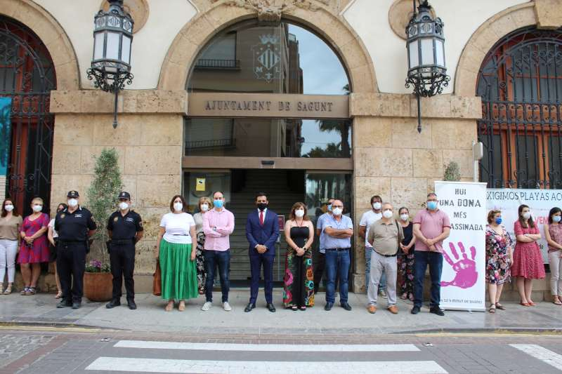 Minuto de silencio frente al Ayuntamiento. / EPDA