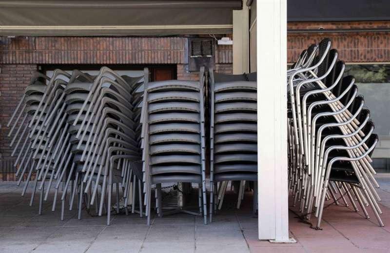 Sillas y mesas recogidas en una terraza de uno de los bares y restaurantes cerrados en València por el coronavirus. EFE/Ana Escobar/Archivo