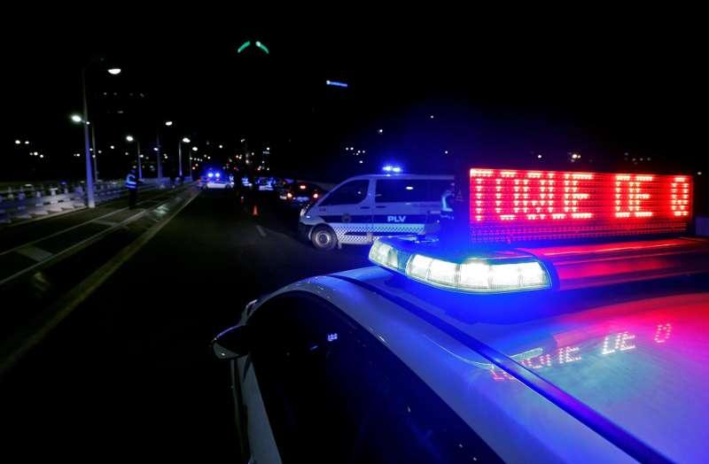 Agentes de la Polic�a Local de Val�ncia en un control montado en el puente Assut de l