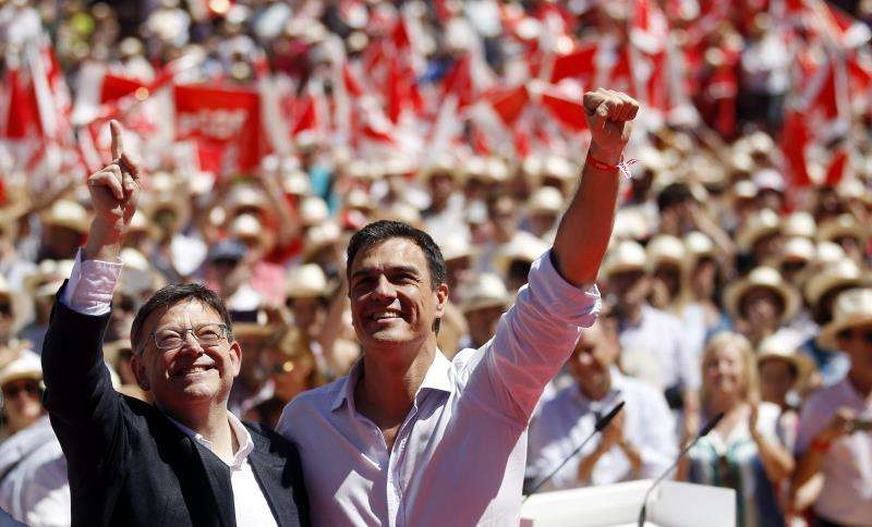 El presidente del Gobierno y l�der del PSOE, Pedro S�nchez, durante un mitin celebrado en Val�ncia junto al president de la Generalitat y l�der del PSPV, Ximo Puig (i).