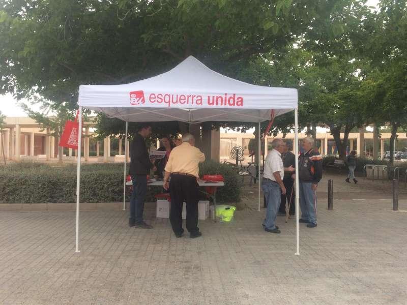 Esquerra Unida ha llevado sus propuestas hasta el barrio de Baladre. EPDA.