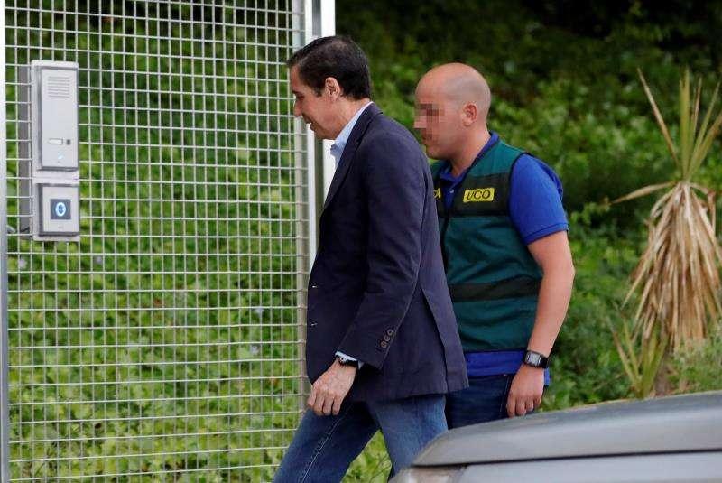 Eduardo Zaplana, acompañado de la Guardia Civil, tras su detención. EFE/Archivo