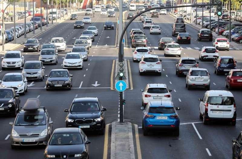 Vista general de una salida viaria de Valencia, con tráfico intenso. EFE/Ana Escobar