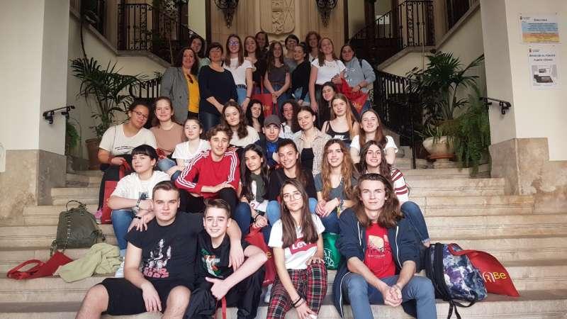 Alumnos y profesores en la escalera del ayuntamiento