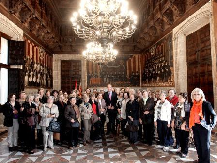 Col?lectiu de Dones de Puçol junto al President de la Generalitat. FOTO: EPDA.