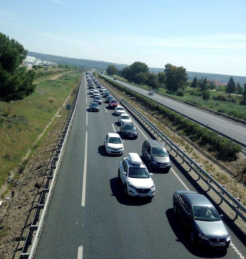 Retención causada por un accidente de tráfico. EFE/Archivo