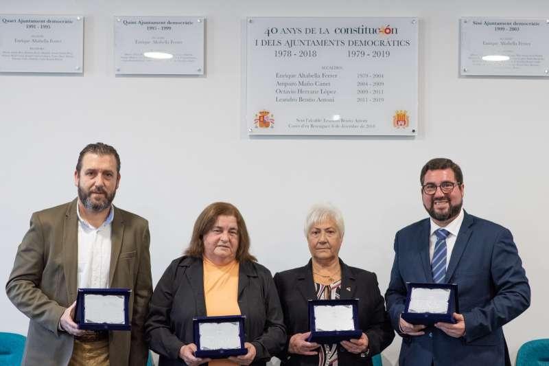Los tres alcaldes de la democracia y la mujer de Enric Altabella.