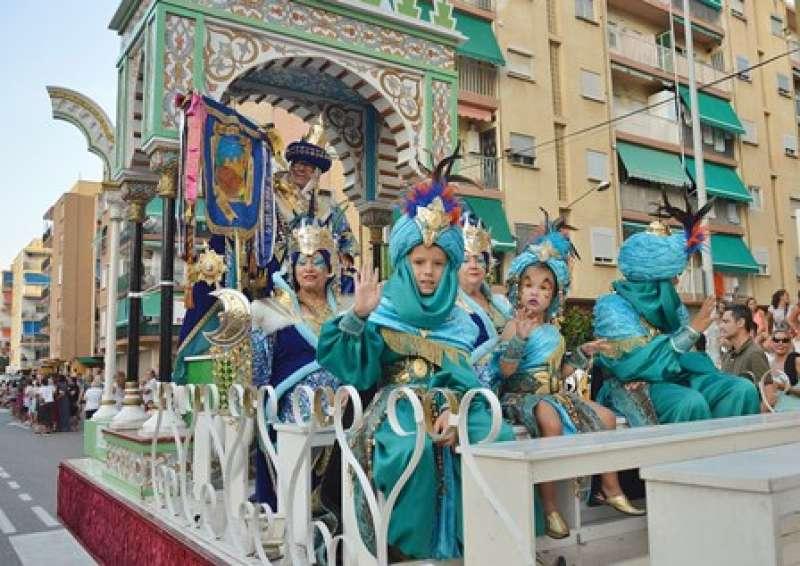 El Sultán y la Sultana desfilan en la carroza. Fantasy Fotos Valencia