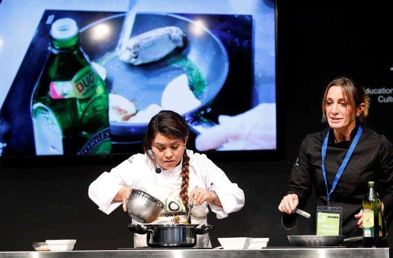 La chef Begoña Rodrigo (d) cocina junto a una refugiada mexicana, Ángela, en la feria Gastrónoma, en la iniciativa de la Comisión Española de Ayuda al Refugiado (CEAR)