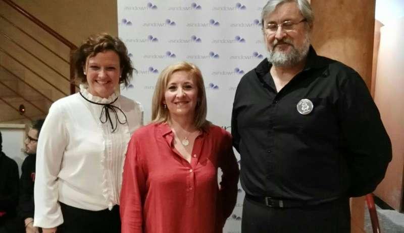 Alicia Tusón, en el centro, junto al presidente de la Unión Musical de Serra y la presentadora del acto. //EPDA