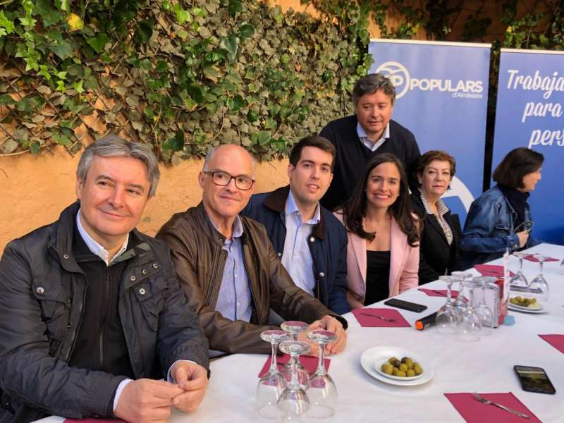 La cabeza de lista al Congreso Belèn Hoyo en su visita a algunas localidades de València./epda