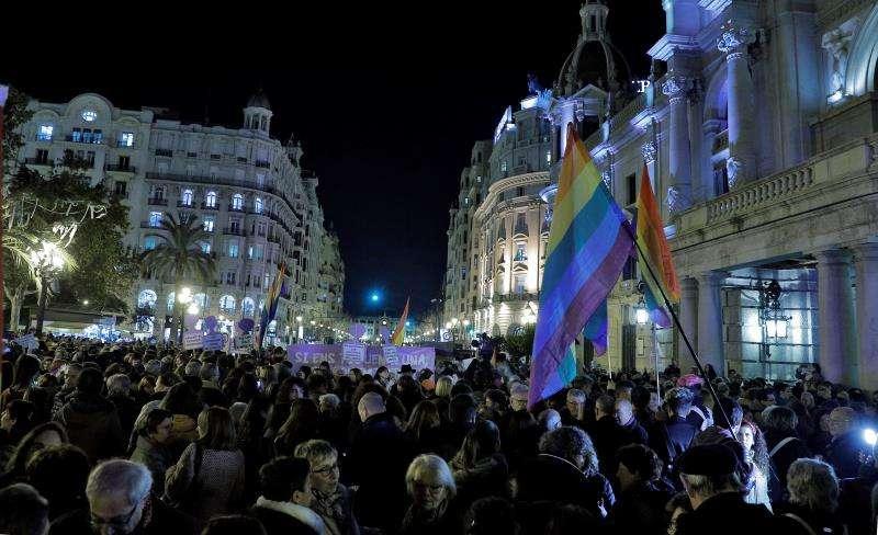 Concentración en valència convocada hoy por el Moviment Feminista en apoyo a las mujeres de Andalucía. EFE