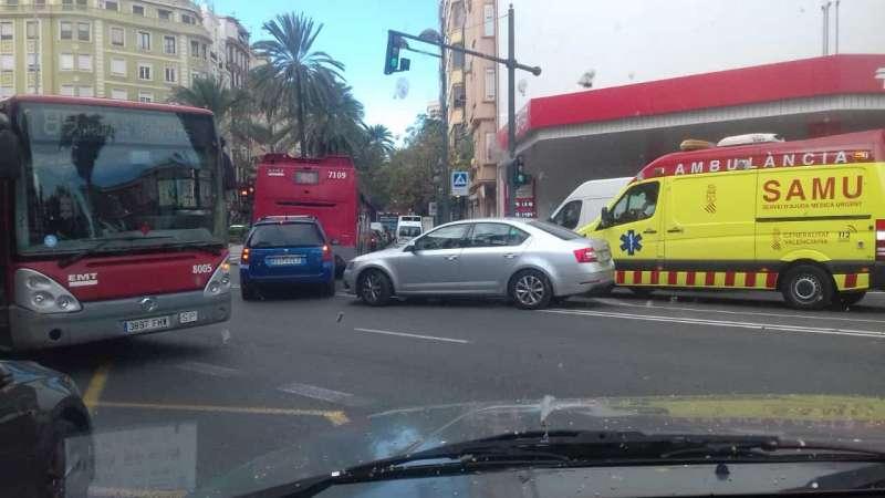 Caos total de circulación con ambulancia atascada. EPDA