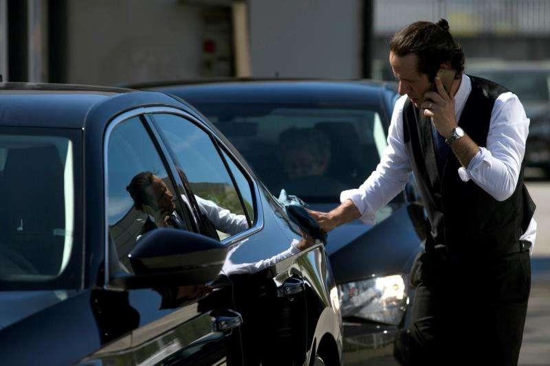 Un conductor de VTC limpia su coche en una imagen de archivo. EFE/Archivo
