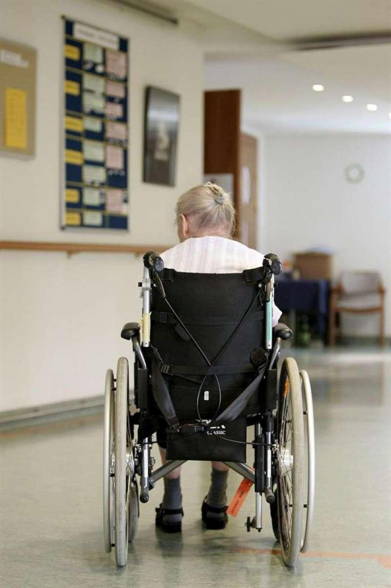 Una mujer mayor aguarda a su cuidador en una residencia. EFE/Archivo