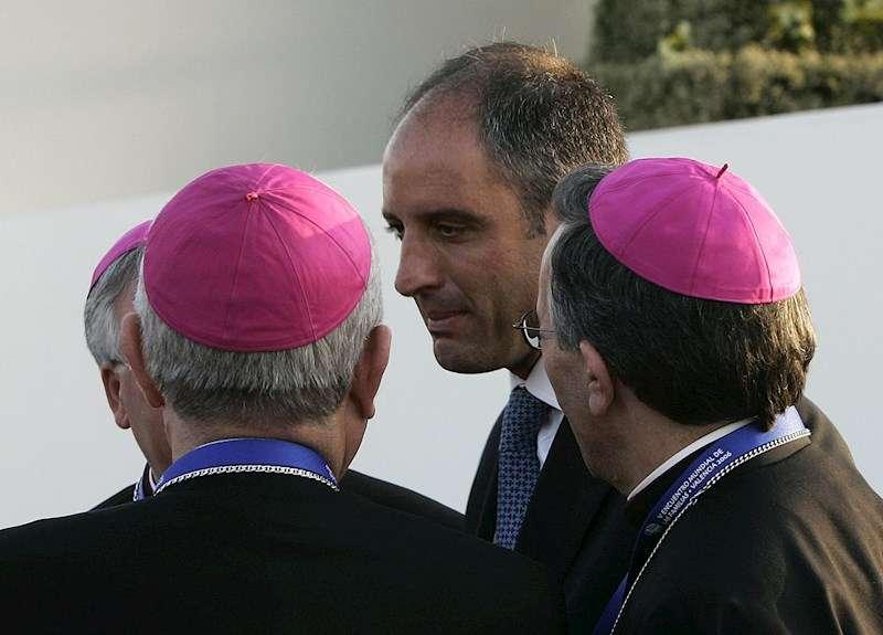 El expresident de la Generalitat Francisco Camps en 2006 junto a varios obispos. EFE