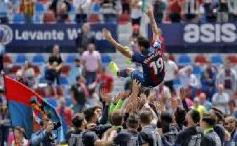 El jugador Pedro López es manteado por sus compañeros como homenaje tras jugar su último partido como futbolista del Levante.