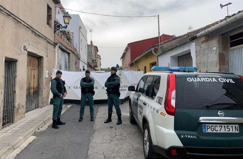 La Guardia Civil en la vivienda de la localidad valenciana de Manuel en la que se detuvo al sospechoso por la muerte de Marta Calvo. EFE
