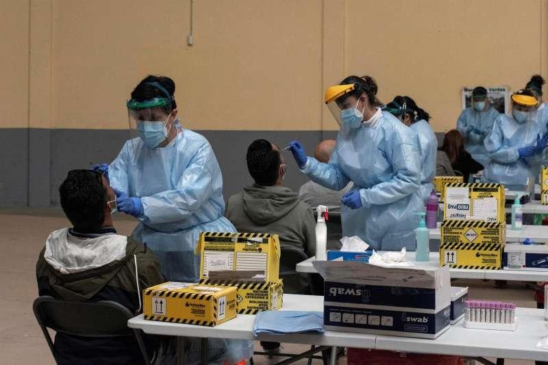 Trabajadoras sanitarias realizan pruebas PCR durante un cribado masivo. EFE/Archivo