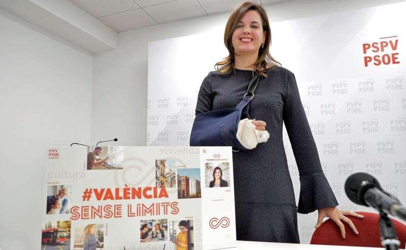 La primera teniente de alcalde y portavoz socialista del Ayuntamiento de València, Sandra Gómez, reapareció hoy en una rueda de prensa tras ser atacada el pasado domingo 16 de Diciembre por dos perros de raza peligrosa cuando trató de defender a su mascota.EFE/ Manuel Bruque