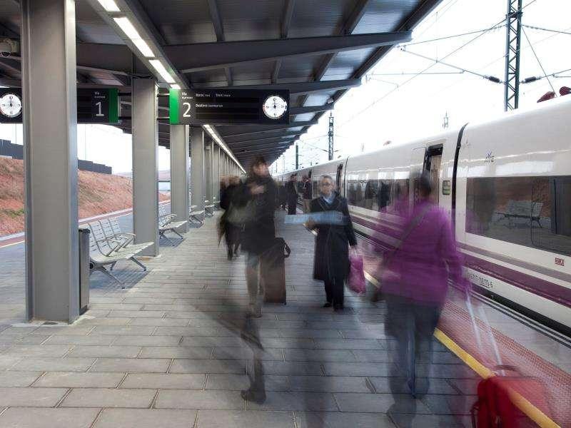 Un tren pasa por una estación. EFE/Archivo