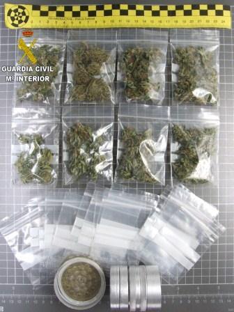 Imagen de la Guardia Civil de las ocho bolsitas de marihuana que portaba en la mochila.