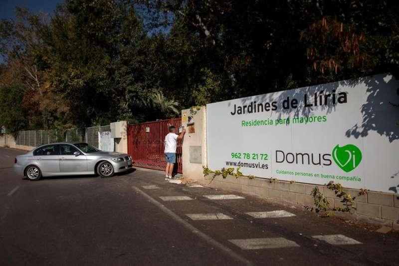 Familiares acceden a la residencia Domus VI de Llíria (Valencia), donde han aparecido unas imágenes, al parecer grabadas por una empleada del centro, en las que se observan supuestos casos de maltrato, en una imagen de ayer. EFE/Biel Aliño