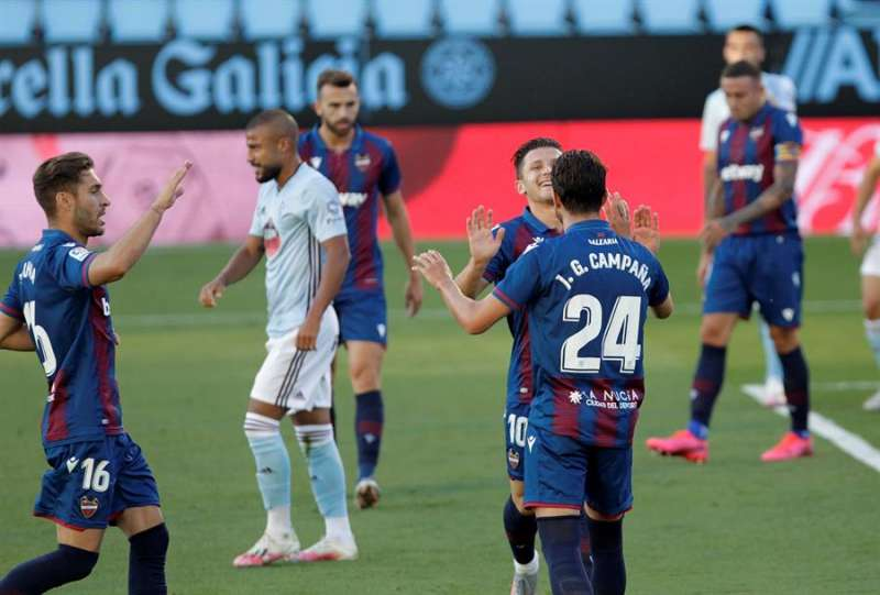 El centrocampista macedonio del Levante Enis Bardhi (c, detrás) celebra el primer gol de su equipo ante el Celta. EFE