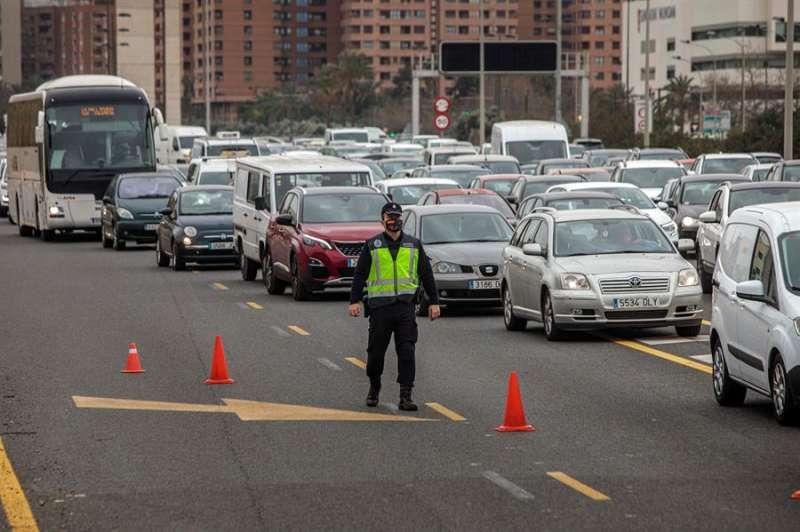 Agentes de la Policia Nacional realizan un control en la salida hacia Barcelona. EFE/Biel Aliño/Archivo