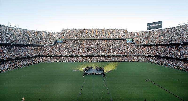 El vetusto estadio de Mestalla se quedó pequeño para albergar la gran fiesta de celebración del Valencia CF con sus aficionados tras conseguir la Copa del Rey en el año del centenario de un club. EFE.