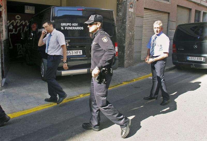 Agentes de policía y personal de un retén funerario en el lugar de un suceso. EFE/Archivo