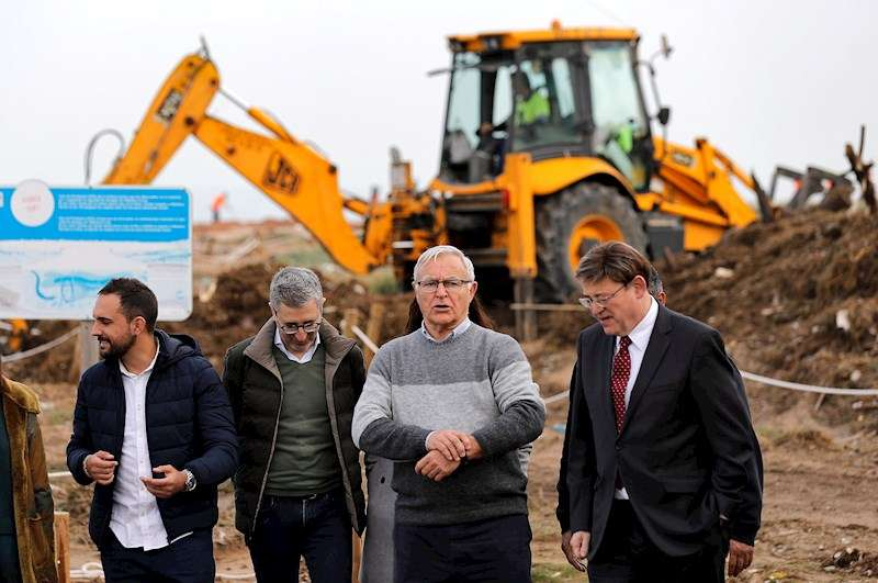 El president de la Generalitat, Ximo Puig, acompañado por el alcalde Valéncia, Joan Ribó, han visitado en El Perellonet. EFE