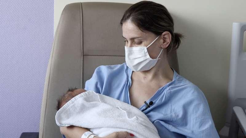 La madre junto a su bebé