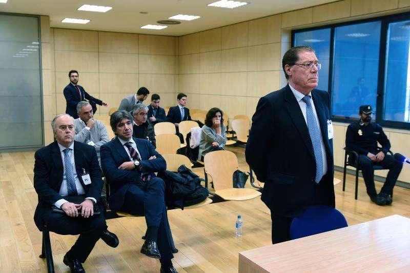 El ex consejero delegado del Banco de Valencia Domingo Parra (2d) en a la Audiencia Nacional. EFE