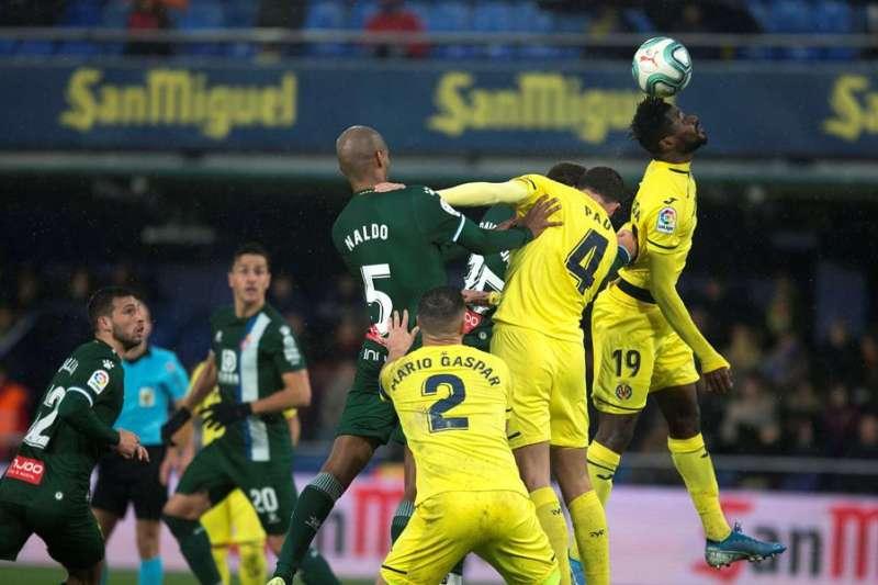 El centrocampista camerunés Zambo Anguissa (d) del Villarreal, despeja el balón ante el RCD Espanyol. EFE/Domenech Castelló