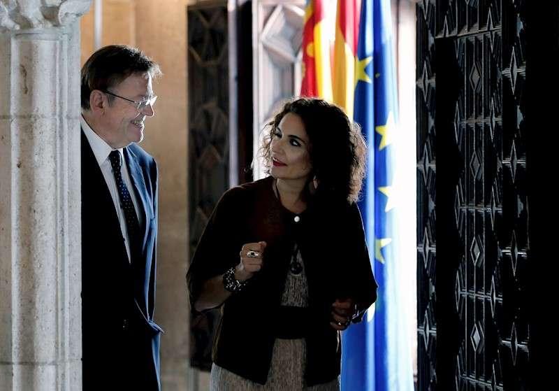 La ministra de Hacienda en funciones, María Jesús Montero,(d) conversa con el president de la Generalitat valenciana, Ximo Puig (i). EFE/Juan Carlos Cárdenas
