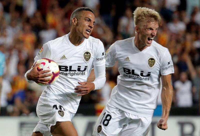 El jugador del Valencia CF Rodrigo Moreno (i) y su compañero Daniel Wass celebran un gol. EFE/Archivo