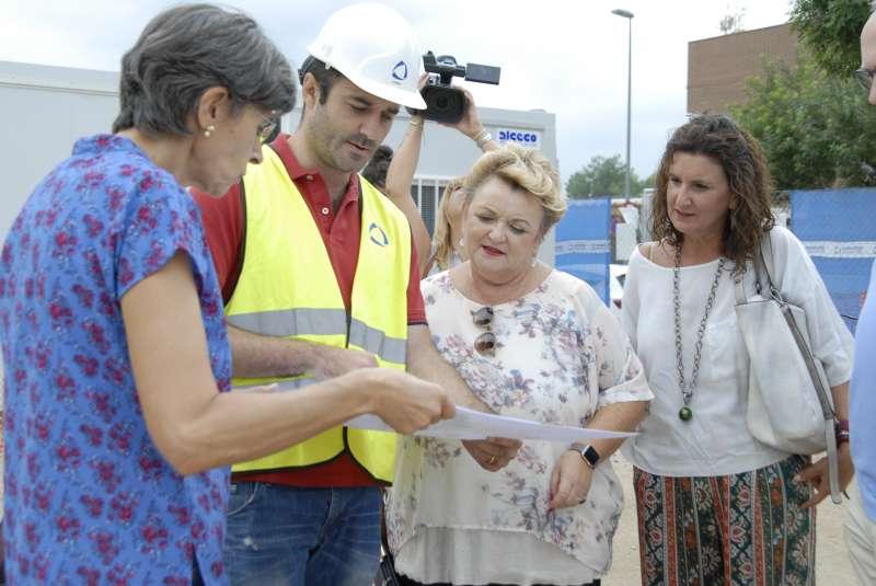 La diputada de Bienestar Social, Mercedes Berenguer, visitando las obras