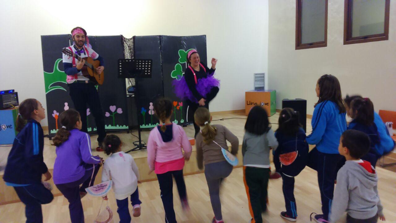 Niños y niñas participando en las actividades